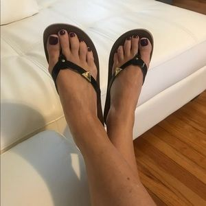 Guess flip flops black patent with logo